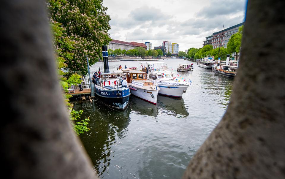 Bunte Flotte demonstriert für Sportboot-Vermietung mit Skipper